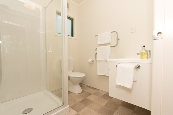 Fresh, Modern Ensuite Shower Room